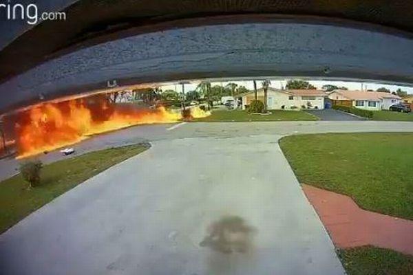 道路上へ墜落した小型飛行機、走行中の車に衝突、3人が死亡【動画】