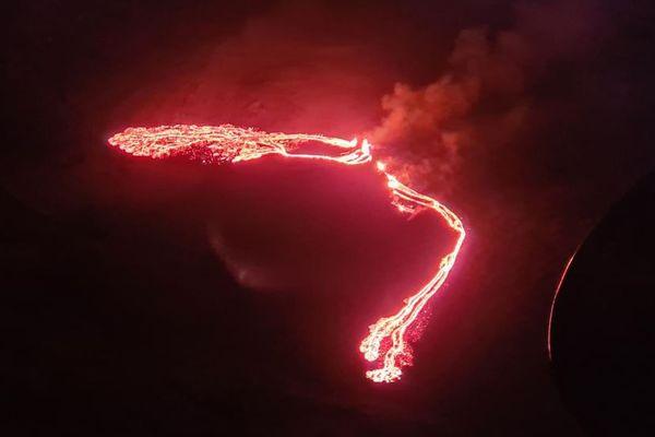 アイスランドで火山が噴火し溶岩も流出、800年ぶり【動画】