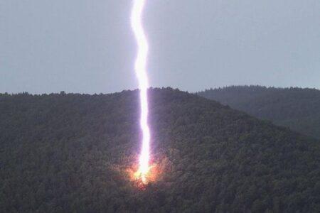 ズドドドーン!巨大な雷が山の斜面に落ちる写真を激撮【アメリカ】