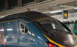 イギリスで列車の上にネコ、運行を中止し無事救助することに成功