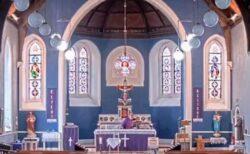 アイルランドの教会で朝のミサの最中、突然ラップ音楽が響き渡る