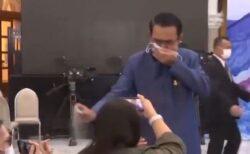 タイの首相、会見で質問にイライラ、記者たちに消毒スプレーを振りかける