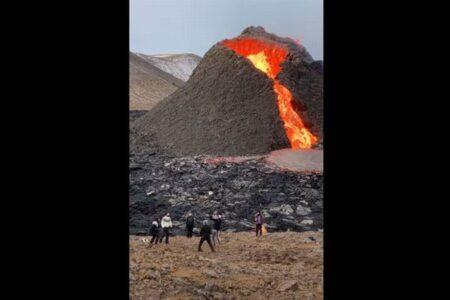 【アイスランドの火山】流れる溶岩の前でバレーボールをする人まで登場