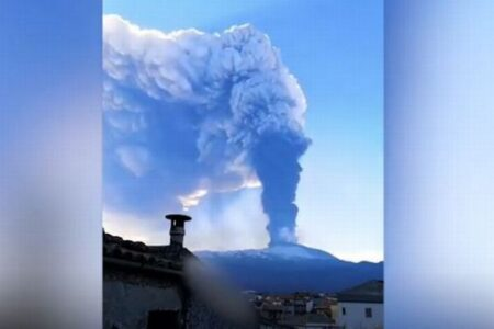 噴火したエトナ山、ダイナミックな姿をとらえた動画や写真の数々