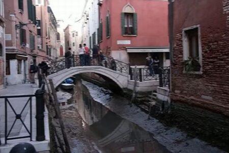 ベニスで潮位が低下、運河にもボートが取り残されてしまう