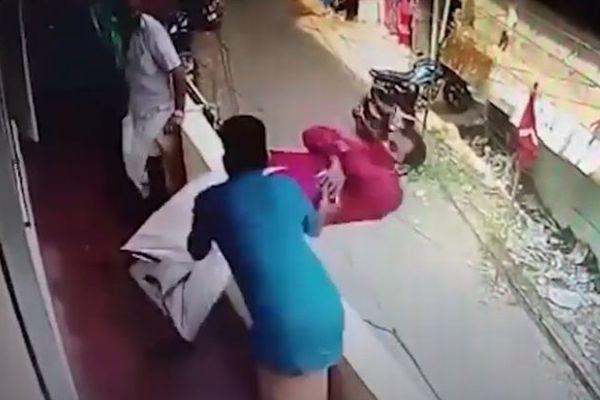インド人男性が突然、意識を失いバルコニーから危うく落下!間一髪で救助される