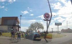 車が衝突した電柱、人々に倒れてくる瞬間の動画が恐ろしい