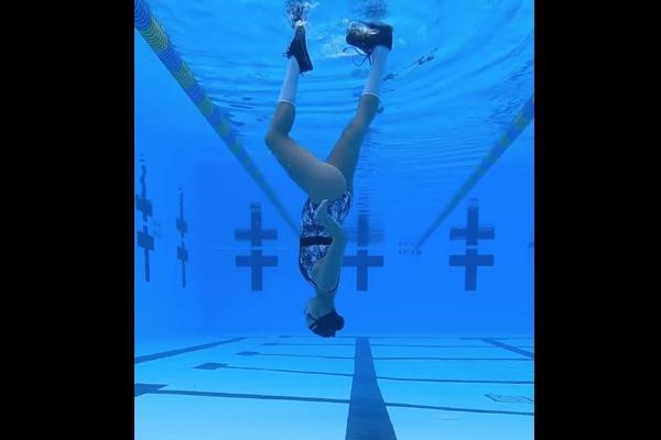 水面を床にして、水中でムーンウォークする女性に唖然【動画】