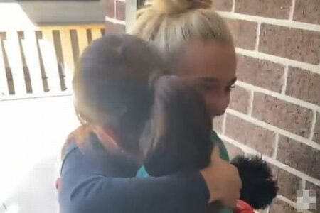 憧れの女子ラグビー選手が自宅に来てくれた!少女が感激して思わず涙