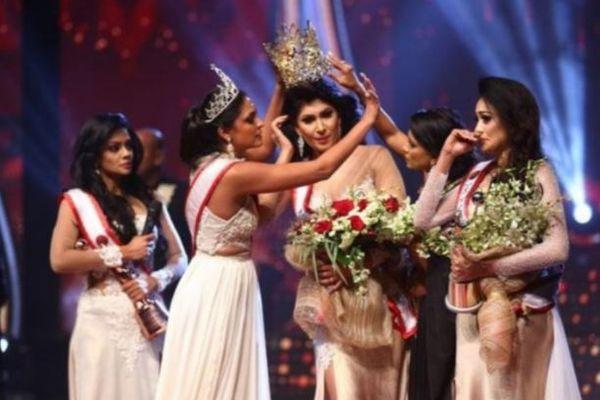 スリランカの美人コンテストで優勝した女性、「離婚」で失格とされ、その場で冠も外される