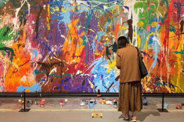 韓国でカップルがアート作品の前に置かれた道具を使い、誤って描いてしまう