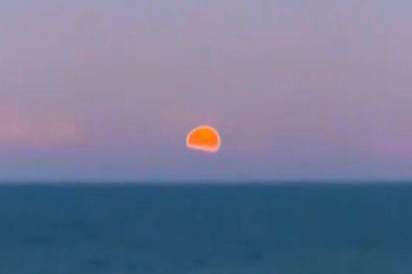 水平線から浮かび上がる「ピンクムーン」、世界各地で撮影された美しい姿