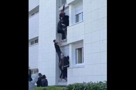 フランスの住宅で火事、移民も含めた若者たちがベランダを登り救助