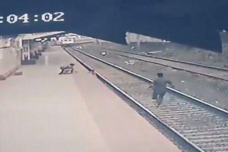 【必見】線路に落ちた子供に向かって電車が…男性が間一髪で救助に成功!