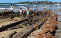 120年以上沈んでいた難破船、悪天候の後にビーチに姿を現す【オーストラリア】