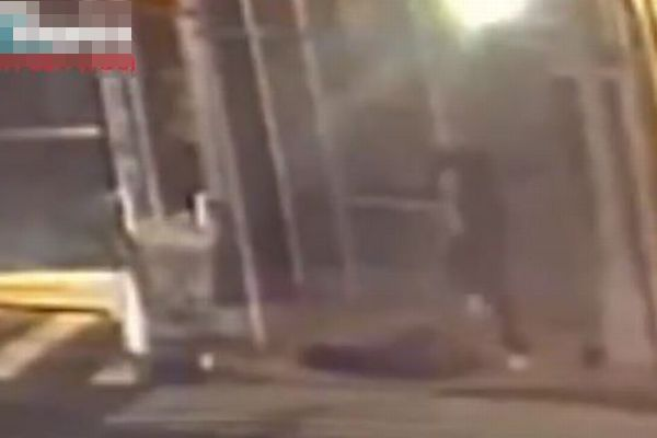NYで再びアジア系の男性が襲撃される、頭を何度も蹴られ重体【動画】