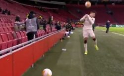 ボールボーイが、プレーをわざと遅らせている選手にボールを投げつける
