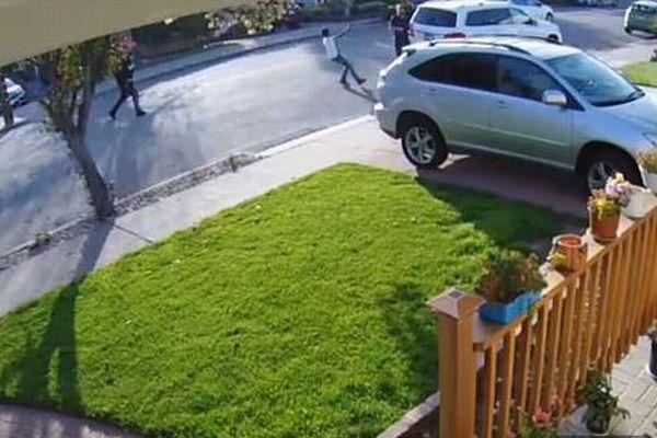 少年らが車を盗もうと大人に銃を突きつける、事件の動画がショッキング