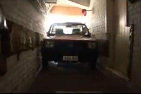 隙間はわずか6cm!せまーい駐車場に車を入れるおじいちゃんがスゴイ