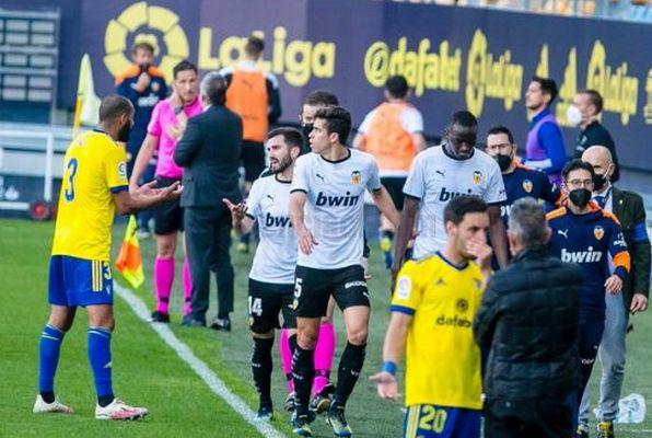スペインでサッカー選手らが試合を拒否、人種差別的な発言により全員がピッチから去る