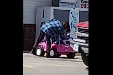 おもちゃの車に乗って買い物、公道を運転し帰っていく女性を目撃!【アメリカ】