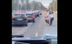 救急車を通すため、多くの人が車を降り、工事用のコーンを一斉に撤去
