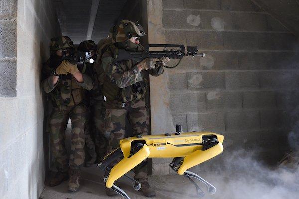 戦場に出るロボット犬!?フランス陸軍学校が戦闘訓練を実施