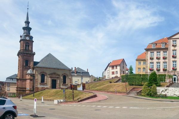 不適切としてフェイスブックから削除されたフランスの町「ビッチ」が復活