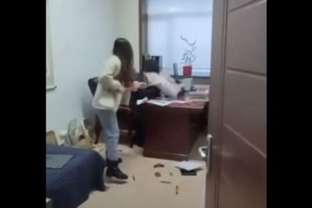 中国でセクハラを受けた女性が激怒、モップで上司の顔を何度も殴りつけ、ボコボコにする