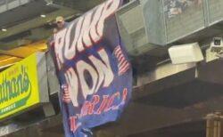 ヤンキースタジアムで「トランプは勝利した!」のバナーが下ろされる
