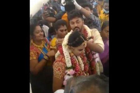 インド人カップルが機内で結婚パーティー、新型コロナの行動制限を逃れるためか?
