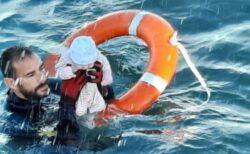 スペインの警察官が、海で溺れそうな移民の赤ちゃんを救出