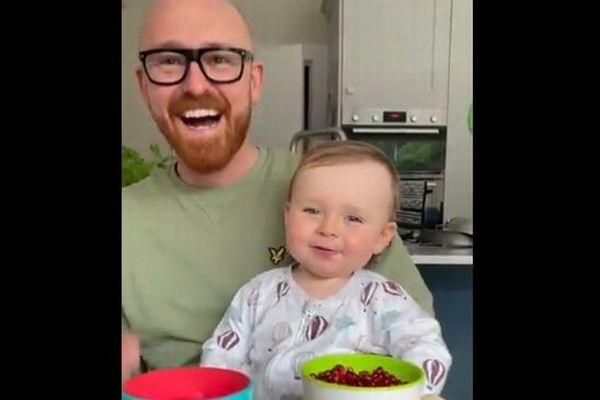 悪魔のような声で「ママ」と呼ぶ赤ちゃんに、両親も爆笑【動画】