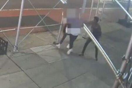 NYでアジア人女性がハンマーを持った女に襲撃される【動画】