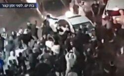 イスラエルでアラブ人が車から引きずり下ろされ、集団リンチを受ける