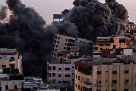 イスラエルの空爆で、パレスチナ人の住む13階建ての建物が倒壊【動画】