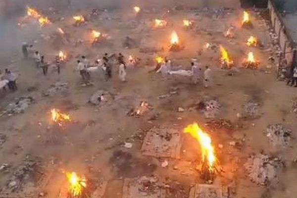 【インド】新型コロナで死亡したと思われた女性、火葬される寸前に目を開く
