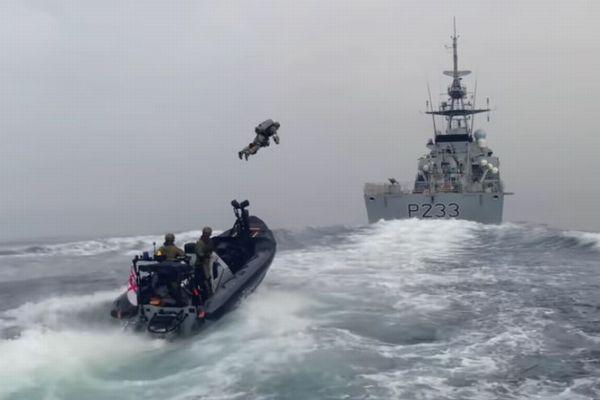 英海軍のエリート部隊が、ジェットスーツを使ったテスト訓練を実施
