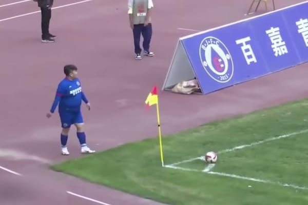 プロサッカーチームを買い取った中国のお金持ち、コーチに圧力をかけ体重126kgの息子をレギュラーに
