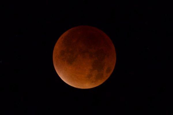 5月26日の夜は今年最大のスーパームーン&皆既月食、月が欠けた状態で昇ってくる