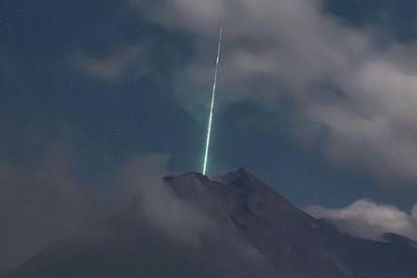 火口付近に緑色の光、インドネシアの火山で不思議な写真を撮影