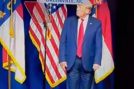 トランプ前大統領がズボンを後ろ前に履いていた?演説後の映像が拡散