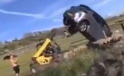 英の農家が道を塞いでいた車に激怒、フォークリフトで車体をひっくり返す