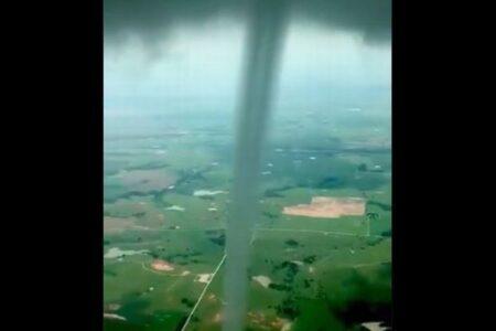 竜巻の卵「漏斗雲」に飛行機が接近、ダイナミックな映像を撮影