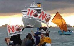 ベネチアから大型クルーズ船が出航、人々が過剰な観光業の復活に抗議