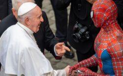 ローマ教皇がスパイダーマンと握手、病気の子供たちを喜ばすヒーローだった!