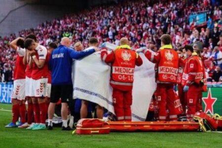 デンマークのサッカー選手が試合中に倒れる、チームメイトの行動に賞賛の声