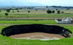 メキシコに突如、巨大な穴が出現、徐々に広がっていく