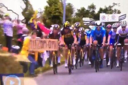 「ツール・ド・フランス」で大クラッシュ、きっかけは観客が掲げたボード【動画】