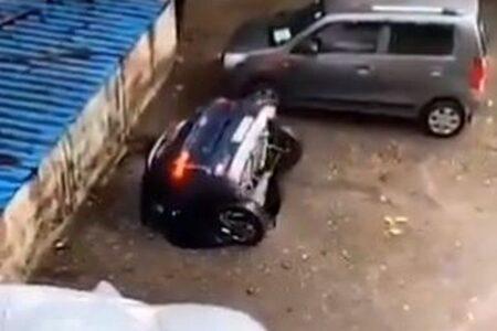 インドで駐車場に突然穴が出現、車がズブズブ沈んでいく